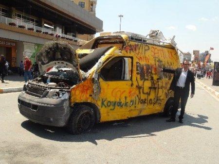 Parçalanan araçlar önünde hatıra fotoğrafı