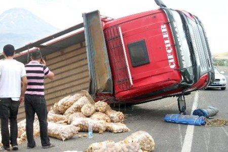 Patates yüklü kamyon devrildi, 1 kişi yaralandı