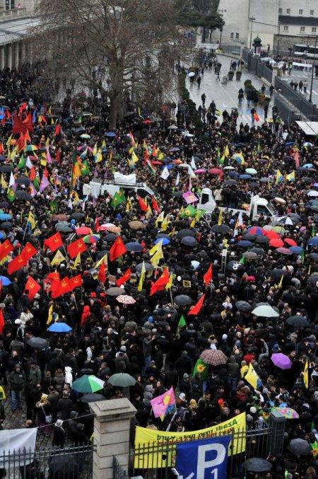 PKK sempatizanları cinayetleri protesto için toplandı