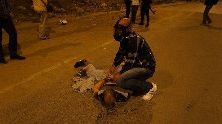 Polis saatlerce uyardığı ancak kendisini tahrikeden gruba müdahale etti