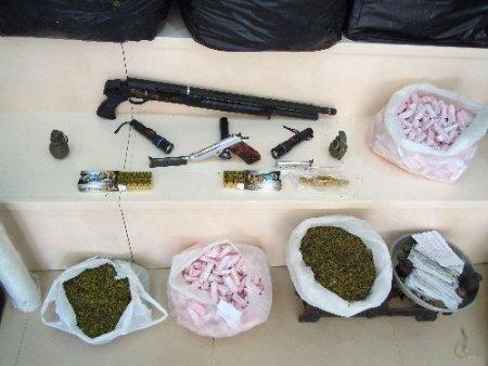 Polis uyuşturucu operasyonuna gittiği evde cephane buldu