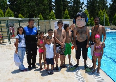 Polis yüzme kursu başlattı