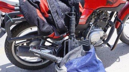 Polisi alarma geçiren motorlu şahsın çantasından uzun namlulu silah çıktı (Özel)