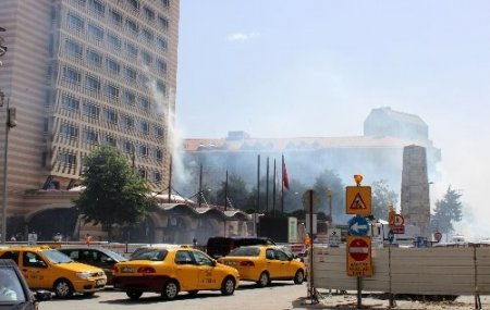 Polisin müdahale ettiği göstericiler otele sığındı
