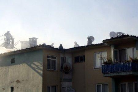 Rüzgarın etkisiyle büyüyen yangın 36 daireyi boşalttırdı