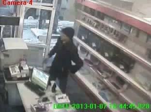 Satış görevlisini atlattı, kameralara yakalandı (Özel)
