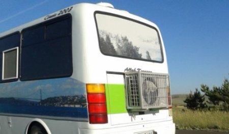 Sıcak hava bunaltınca otobüsün arkasına kocaman klima taktırdı