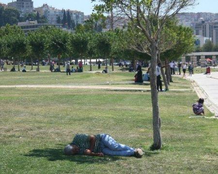 Sıcaktan bunalan İzmirliler gölgelik alanlarda serinliyor
