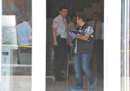 Silahlı ve bıçaklı 2 kişi bankayı soyarak kaçtı
