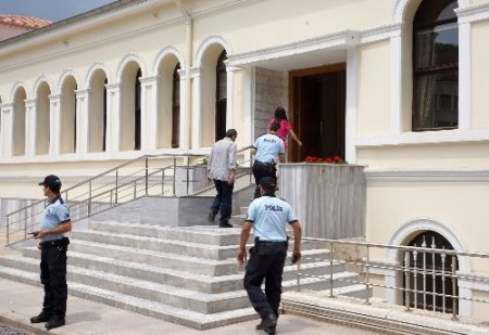 Sırrı Süreyya Önder müfettişlere bilgi veriyor