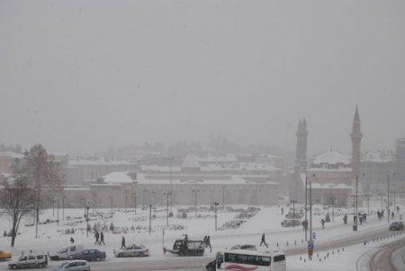 Sivas'ta, kar ve tipi ulaşımı etkiledi
