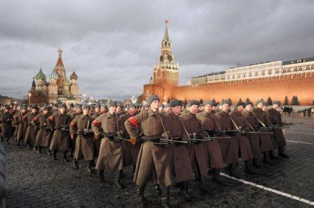 Sovyet askerleri ve tankları kızıl meydan a indi