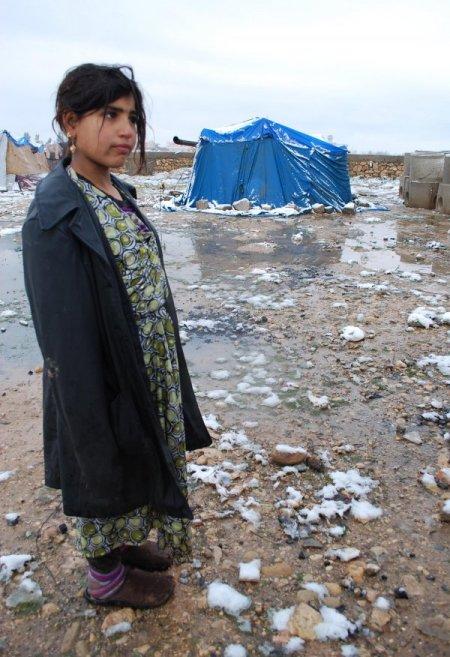 Suriyeliler, dondurcu soğukta çadırda yaşam mücadelesi veriyor
