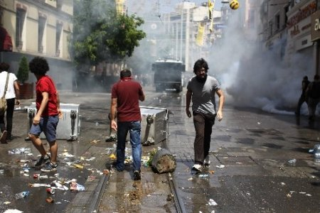 Taksim Meydanı polis müdahalesiyle savaş alanına döndü