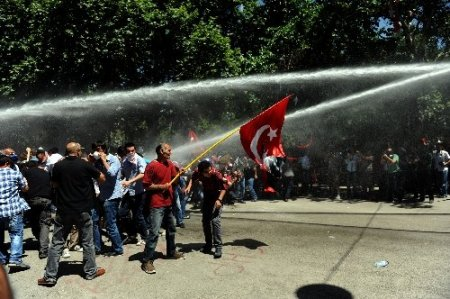 Taksim protestocuları Kızılay'da polisle çatıştı