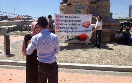 Taksim'de pankartlı evlilik teklifi