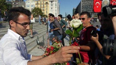 Taksim'de polislere gül jesti