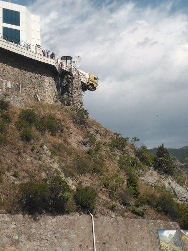 Tanker, demir parmaklara takılarak havada asılı kaldı