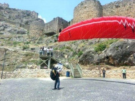 Tarihi kalede yamaç paraşütü