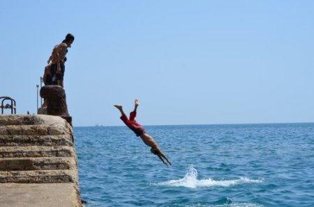 Taşucu'nda deniz sezonunu öğrenciler açtı