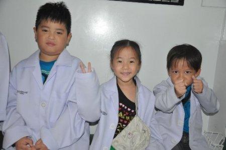 Tayland'daki oyun parkında çocuklar meslekleri deneyerek tanıyor (Özel)