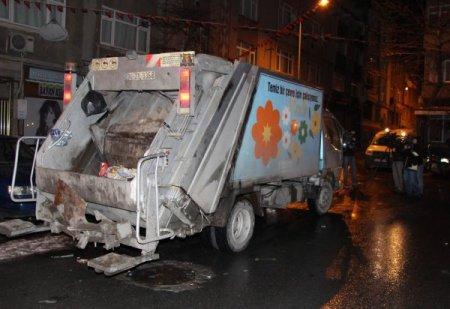Temizlik işçisi çöp toplarken bomba buldu