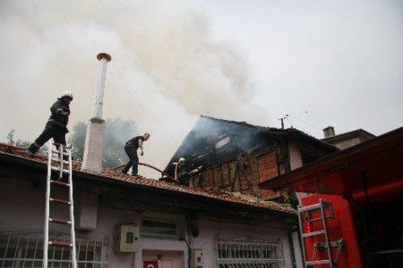 Tinerciler metruk evi yaktı