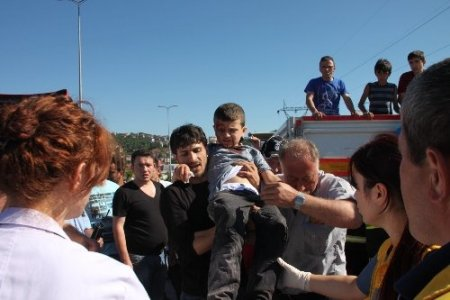 TIR'a arkadan çarpan kamyonetteki 3 kişi yaralandı