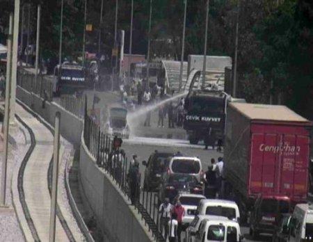 Trafikte yanan aracı TOMA söndürdü
