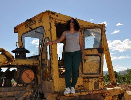 Turizm mezunu bayan, iş bulamayınca dozer operatörü olmaya karar verdi