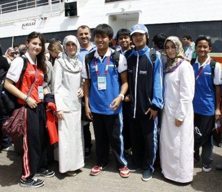 Türkçe Olimpiyatları için Bursa'ya gelen öğrenciler çiçeklerle karşılandı