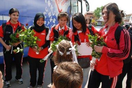 Türkçenin Çocukları, Kocaeli'nde güllerle karşılandı