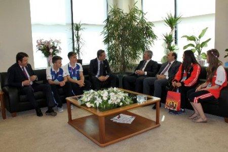 Türkçenin çocukları BTSO Başkanı Burkay'ı ziyaret etti