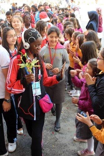 Türkçenin çocukları çiçeklerle karşılandı