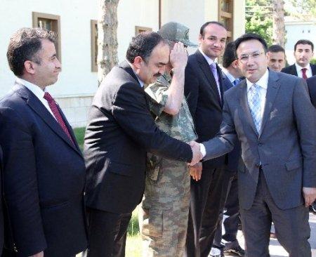 Türkiye'nin en genç valisi Erzincan'da göreve başladı