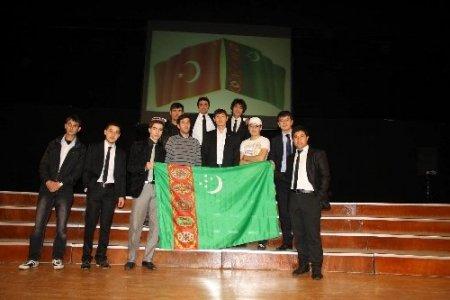 Türkmen öğrencilerin mezuniyet coşkusu