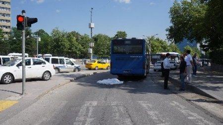 Üniversite öğrencisi, belediye otobüsünün altında can verdi