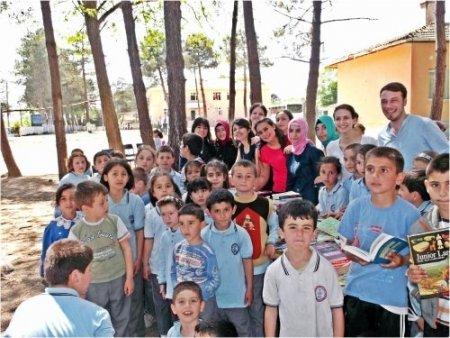 Üniversiteli öğrencilerden ilköğretim okuluna kitap yardımı