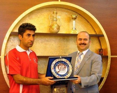 Vali Aydın, başarılı sporcuları altınla ödüllendirdi