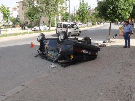 Virajı alamayan araç karşı şeritte takla attı