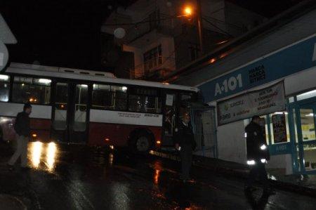 Yağışlı yolda virajı alamayan otobüs marketin duvarına çarptı