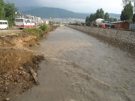 Yağmur bastırdı, alt geçitleri su bastı, derelerin su seviyesi yükseldi