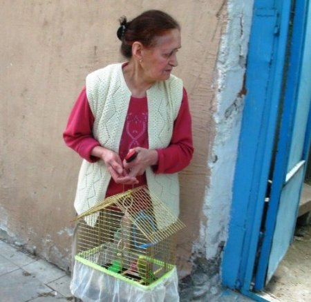 Yaşlı kadın yanan evden kuşuyla çıkmayı başardı