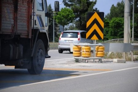 Yol ayrımlarında kullanılan darbe emici yastıklar can ve mal kaybını önlüyor