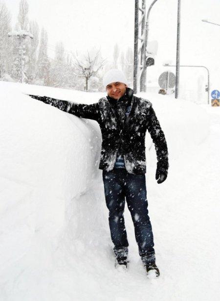 Yüksekova'da, kar insan boyunu aştı