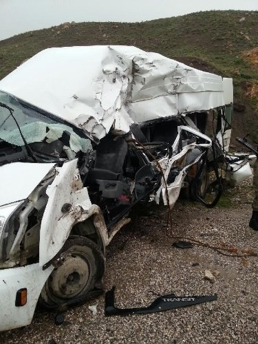 Yüksekova'da TIR ile minibüs çarpıştı: 3 ölü, 11 yaralı