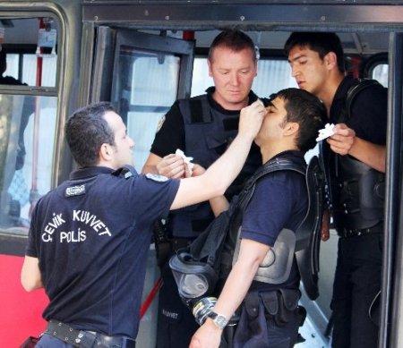 Yüzü maskeli şahıslardan polisi tinerciye bıçaklatma girişimi (Özel)