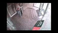 Kapıyı görmedi camdan çıktı