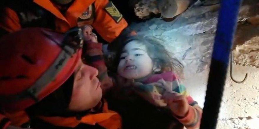 JAK ekipleri enkazdaki çocuk ve annesine ulaştı!
